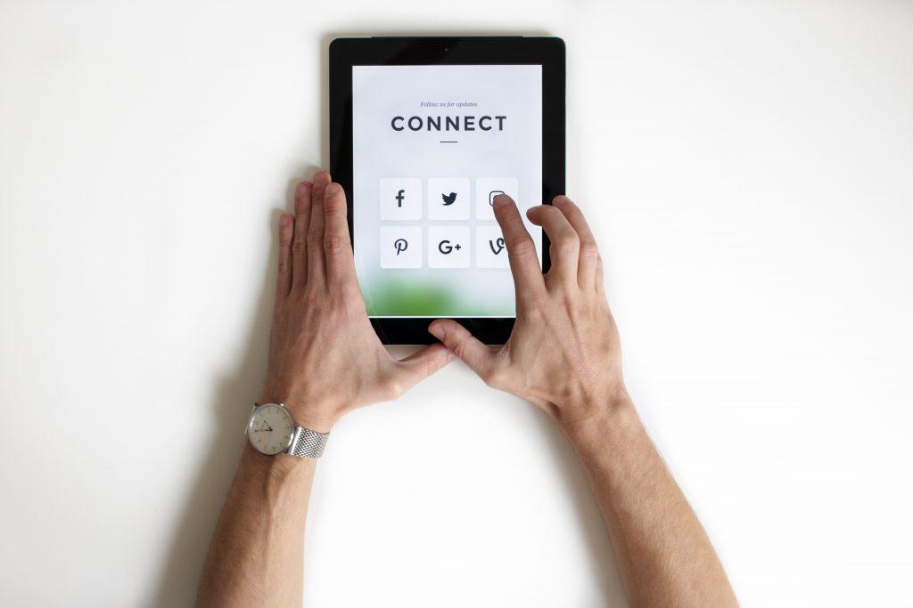 Pessoa entrando em redes sociais via tablet.